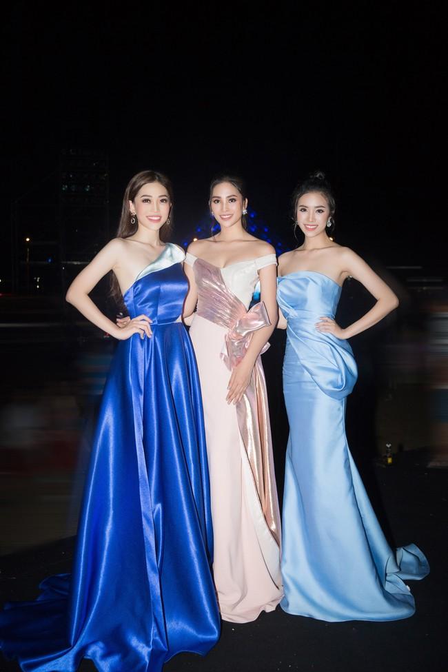 Hoa hậu Tiểu Vy ngày càng chịu hở, khoe ngực đầy gợi cảm  nổi bật nhất dàn người đẹp - Ảnh 2.