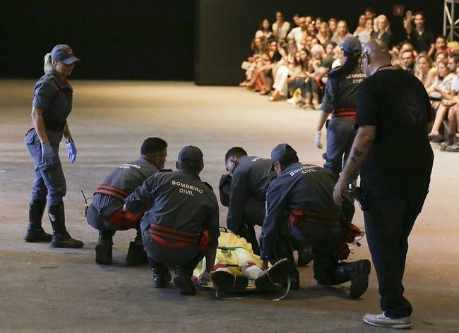 Hi hữu: Mẫu nam tử nạn ngay trên sàn diễn thời trang sau khi vấp dây giày lúc catwalk - Ảnh 3.
