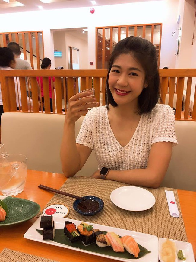 Nữ cơ trưởng Huỳnh Lý Đông Phương xinh đẹp thả thính khi thưởng thức bữa tối, ai cũng tò mò người chụp ảnh - Ảnh 1.