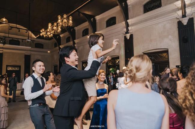 Thân thế bất ngờ của cậu bé lai xinh đẹp trong đám cưới của chồng cũ Hồng Nhung - Ảnh 1.