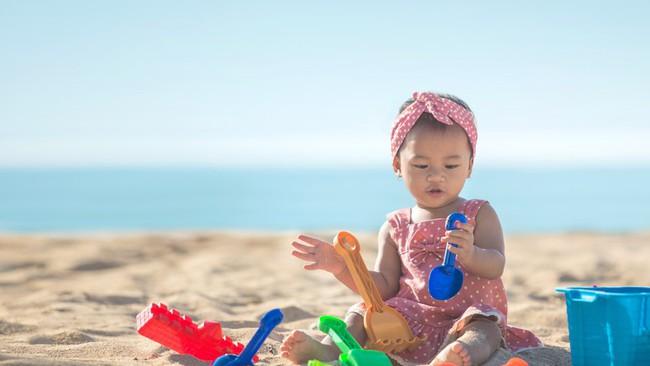 Không ngờ việc cho trẻ ra biển chơi lại có những lợi ích hay ho như thế này theo giải thích của các chuyên gia - Ảnh 1.