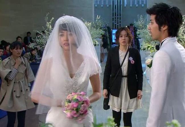 Vừa nhận được món quà cưới của bạn gái cũ mang tới, chú rể lập tức hủy hôn trước sự ngỡ ngàng của cả họ nhà gái - Ảnh 2.