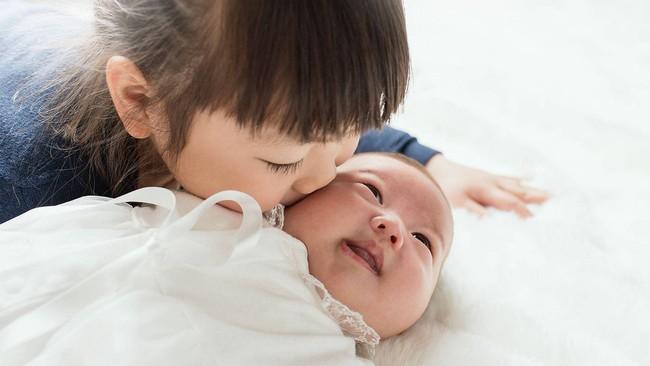 """Những việc mẹ cần lưu ý sau khi sinh thêm em bé để không làm con lớn bị tổn thương và xảy ra """"nội chiến"""" - Ảnh 4."""