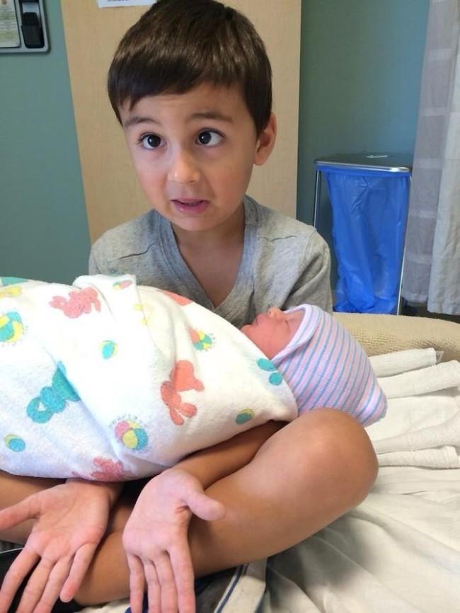 """Những việc mẹ cần lưu ý sau khi sinh thêm em bé để không làm con lớn bị tổn thương và xảy ra """"nội chiến"""" - Ảnh 2."""