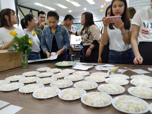 Dân công sở rộn ràng khoe không khí Tết Hàn thực sớm ở khắp công ty, đem cả bếp lên văn phòng nặn bánh trôi - Ảnh 2.