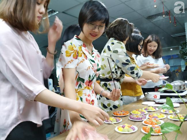 Dân công sở rộn ràng khoe không khí Tết Hàn thực sớm ở khắp công ty, đem cả bếp lên văn phòng nặn bánh trôi - Ảnh 7.