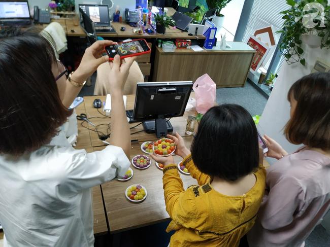 Dân công sở rộn ràng khoe không khí Tết Hàn thực sớm ở khắp công ty, đem cả bếp lên văn phòng nặn bánh trôi - Ảnh 8.