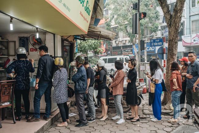 Quán chè cứ Tết Hàn thực người Hà Nội lại xếp hàng dài, chờ đến 30 phút để mua bánh trôi, bánh chay - Ảnh 2.
