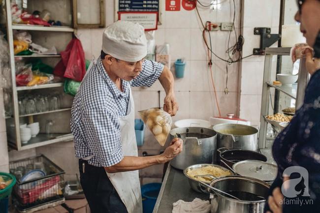 Quán chè cứ Tết Hàn thực người Hà Nội lại xếp hàng dài, chờ đến 30 phút để mua bánh trôi, bánh chay - Ảnh 4.