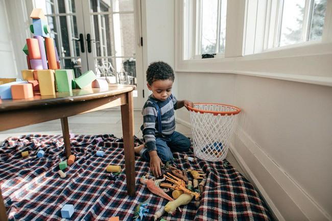 Mách mẹ 7 bí kíp dạy con cách tự dọn dẹp sau khi bày bừa - Ảnh 1.