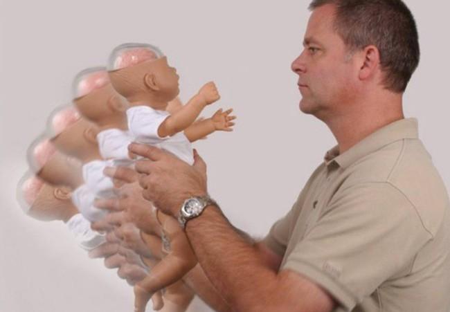 Con trai 6 tháng tuổi đột nhiên bị bại não, bác sĩ kiểm tra và phát hiện do hành động này của bố mẹ, hầu hết ai cũng từng làm - Ảnh 2.