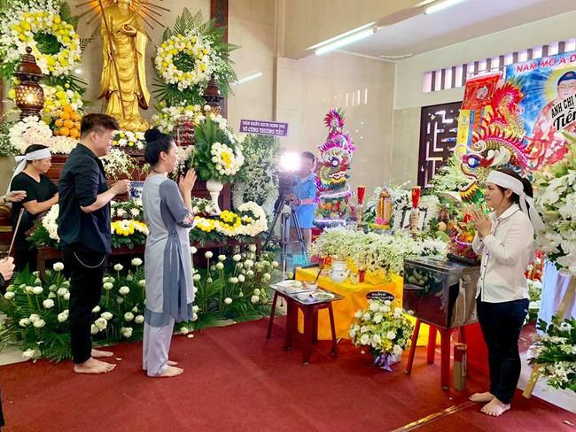 Trịnh Kim Chi khóc ngất khi tới viếng nghệ sĩ Anh Vũ, nghẹn ngào nói lời tiễn biệt người bạn thân thiết  - Ảnh 6.