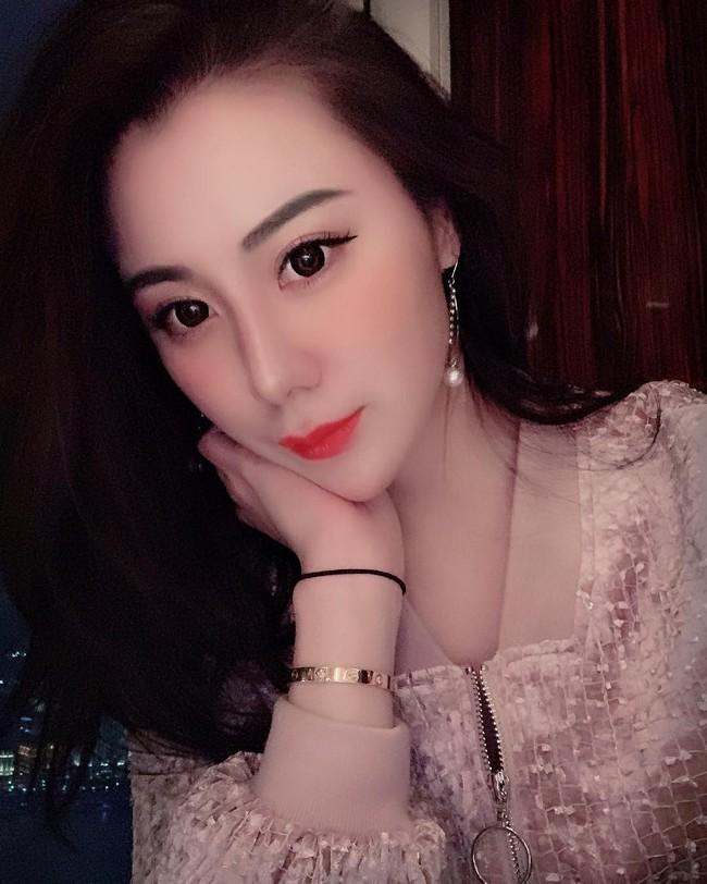 Cuộc sống xa hoa của tiểu thư có chiếc cằm đẹp nhất Trung Quốc: Bố mẹ cho chục tỷ mỗi tháng để tiêu xài, muốn xuất bản hẳn cuốn tạp chí về cách sống sang chảnh - Ảnh 2.