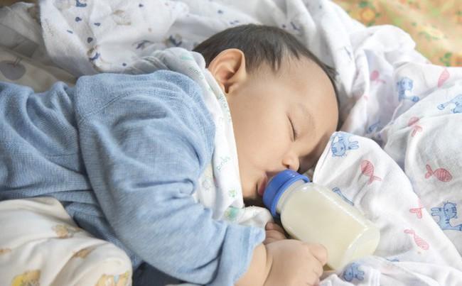 Trẻ ăn sữa công thức thay vì bú mẹ sẽ có nguy cơ cao đối diện với vấn đề này, điều mà các mẹ không hề ngờ đến - Ảnh 1.