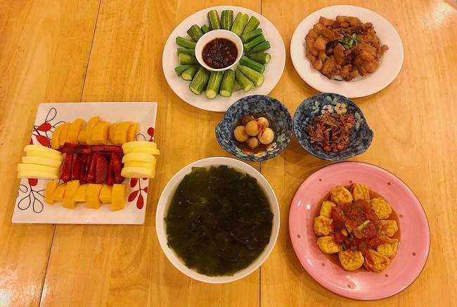 Dân tình bon chen khắp nơi đi chơi lễ, MC Diệp Chi ở nhà trổ tài nấu cơm ngon, hạnh phúc khoe con gái ăn tận 3 bát - Ảnh 1.