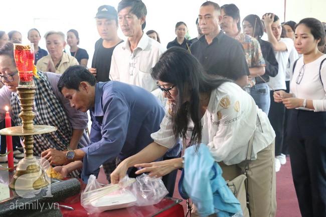 Nhìn nghệ sĩ Lê Bình vẫn đội chiếc mũ quen thuộc lúc nhập quan, nhiều người xúc động rơi nước mắt - Ảnh 1.