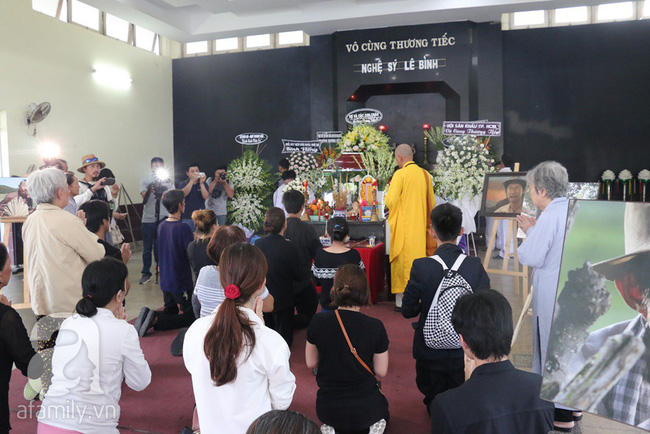 Nhìn nghệ sĩ Lê Bình vẫn đội chiếc mũ quen thuộc lúc nhập quan, nhiều người xúc động rơi nước mắt - Ảnh 2.