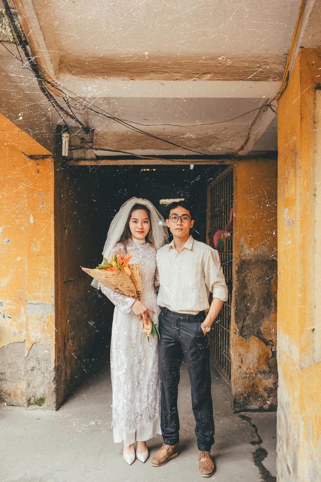 Cặp đôi mượn quần áo bố mẹ ra khu tập thể cũ chụp bộ ảnh cưới theo style thời bao cấp trong trẻo và bình yên quá đỗi - Ảnh 3.