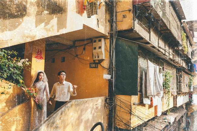Cặp đôi mượn quần áo bố mẹ ra khu tập thể cũ chụp bộ ảnh cưới theo style thời bao cấp trong trẻo và bình yên quá đỗi - Ảnh 2.