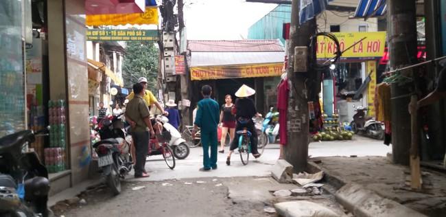 Hà Nội: Nữ tài xế lái Camry lùi xe, nghi đạp nhầm chân ga khiến một phụ nữ tử vong thương tâm - Ảnh 1.