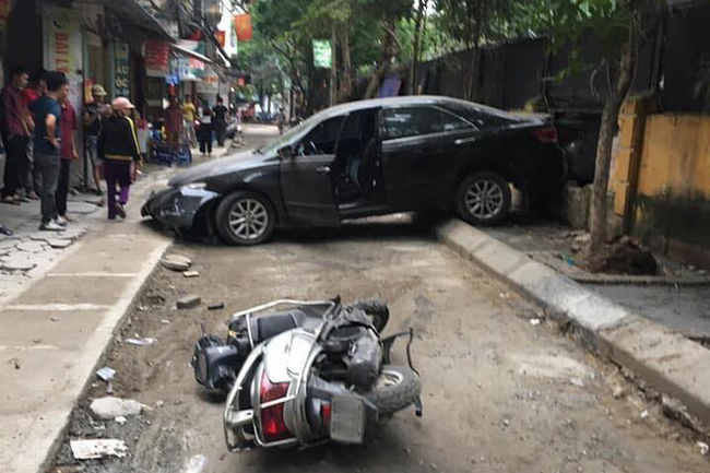 Hé lộ danh tính chủ nhân chiếc xe Camry đi lùi tông chết người phụ nữ trung niên đi xe máy - Ảnh 1.