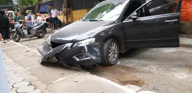 Hà Nội: Nữ tài xế lái Camry lùi xe, nghi đạp nhầm chân ga khiến một phụ nữ tử vong thương tâm - Ảnh 4.