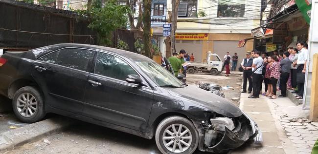 Hà Nội: Nữ tài xế lái Camry lùi xe, nghi đạp nhầm chân ga khiến một phụ nữ tử vong thương tâm - Ảnh 3.