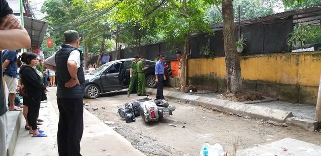 Hà Nội: Nữ tài xế lái Camry lùi xe, nghi đạp nhầm chân ga khiến một phụ nữ tử vong thương tâm - Ảnh 2.
