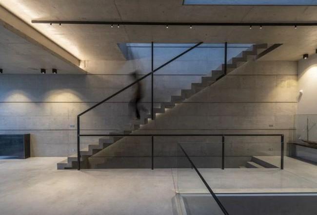 Ngắm kiến trúc nhà phố độc đáo với không gian hiện đại, có phòng tập thể dục, chiếu phim và hồ bơi trong suốt trên nóc nhà - Ảnh 6.