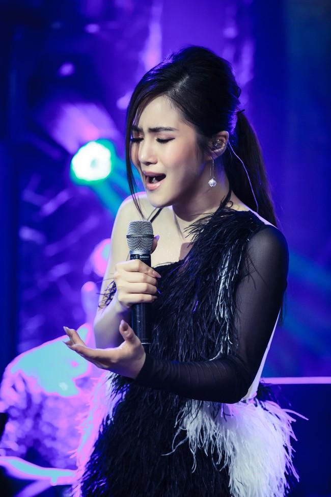 Hương Tràm phải tiêm thuốc kháng sinh để có thể hát trong đêm diễn tạm biệt khán giả Hà Nội  - Ảnh 1.