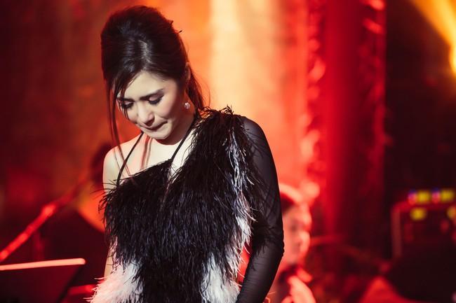Hương Tràm phải tiêm thuốc kháng sinh để có thể hát trong đêm diễn tạm biệt khán giả Hà Nội  - Ảnh 4.