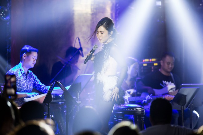 Hương Tràm phải tiêm thuốc kháng sinh để có thể hát trong đêm diễn tạm biệt khán giả Hà Nội  - Ảnh 6.