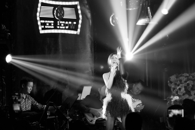 Hương Tràm phải tiêm thuốc kháng sinh để có thể hát trong đêm diễn tạm biệt khán giả Hà Nội  - Ảnh 7.