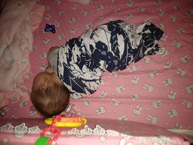 Không thể chịu nổi cảnh đêm nào cũng bế con ngủ, mẹ Đồng Nai quyết tâm luyện con ngủ xuyên đêm từ 2,5 tháng tuổi  - Ảnh 2.