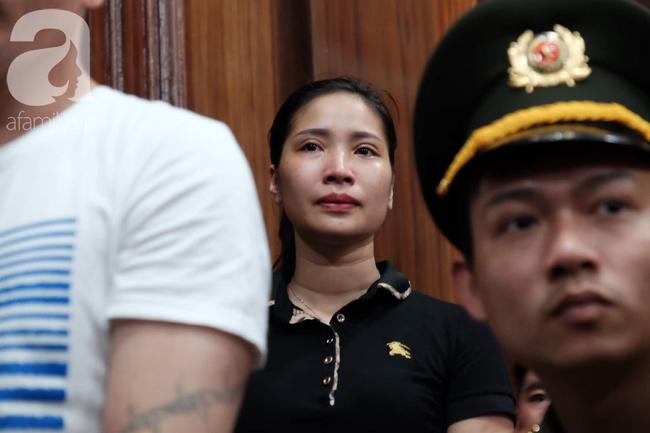 Ảnh: Hot girl Ngọc Miu và Văn Kính Dương cười tươi khi tòa trả hồ sơ, người nhà bật khóc cố níu xe chở phạm nhân - Ảnh 12.