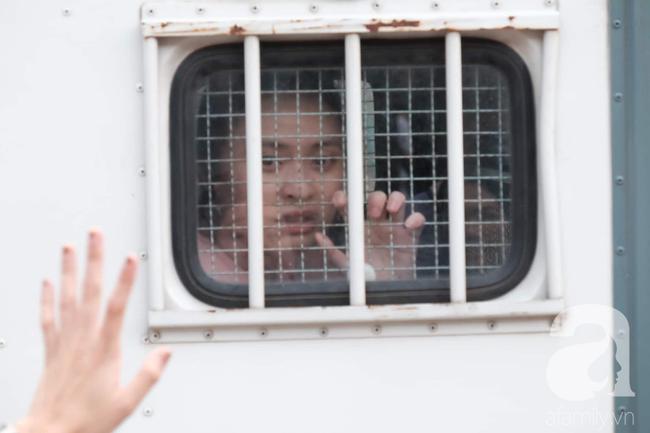 Ảnh: Hot girl Ngọc Miu và Văn Kính Dương cười tươi khi tòa trả hồ sơ, người nhà bật khóc cố níu xe chở phạm nhân - Ảnh 20.