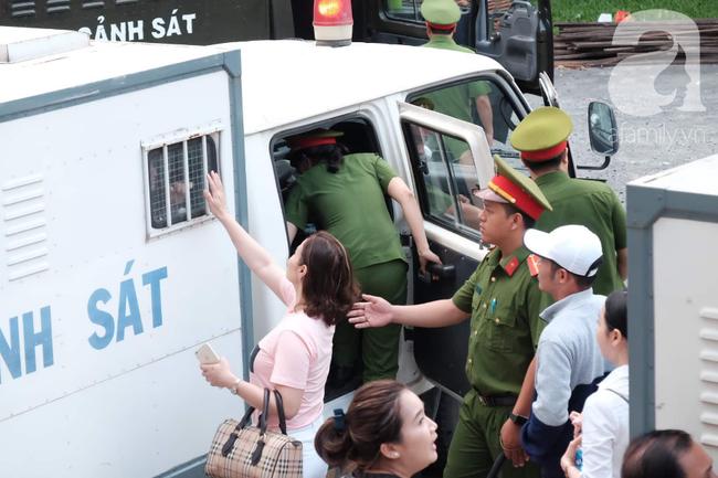 Ảnh: Hot girl Ngọc Miu và Văn Kính Dương cười tươi khi tòa trả hồ sơ, người nhà bật khóc cố níu xe chở phạm nhân - Ảnh 16.