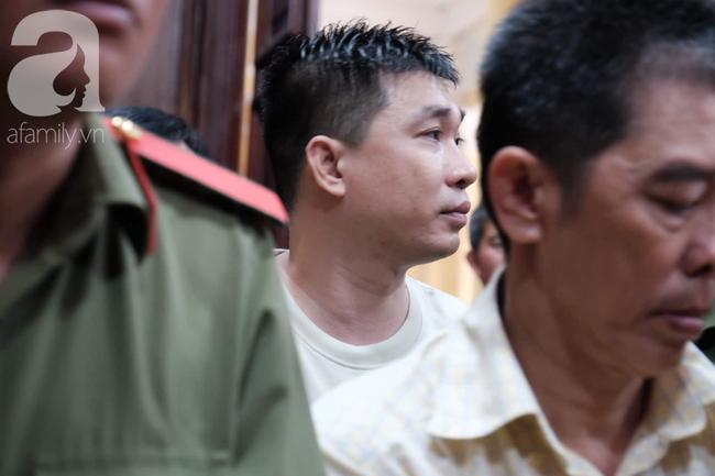 Ảnh: Hot girl Ngọc Miu và Văn Kính Dương cười tươi khi tòa trả hồ sơ, người nhà bật khóc cố níu xe chở phạm nhân - Ảnh 1.