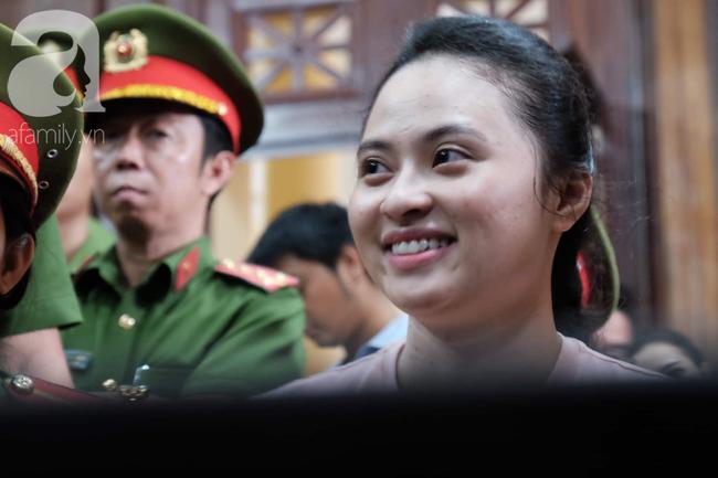 Ảnh: Hot girl Ngọc Miu và Văn Kính Dương cười tươi khi tòa trả hồ sơ, người nhà bật khóc cố níu xe chở phạm nhân - Ảnh 3.