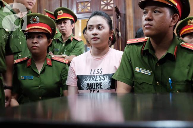 Ảnh: Hot girl Ngọc Miu và Văn Kính Dương cười tươi khi tòa trả hồ sơ, người nhà bật khóc cố níu xe chở phạm nhân - Ảnh 11.