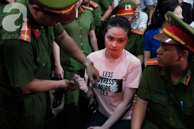 Ảnh: Hot girl Ngọc Miu và Văn Kính Dương cười tươi khi tòa trả hồ sơ, người nhà bật khóc cố níu xe chở phạm nhân - Ảnh 4.