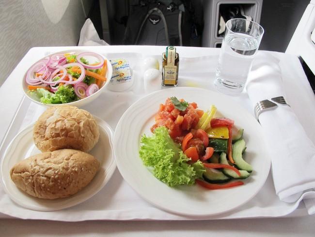 Từ trường hợp em bé bị bỏng vì ăn mì trên máy bay, lưu ý các món tuyệt đối không ăn khi cho trẻ đi du lịch - Ảnh 9.
