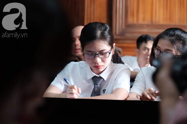 Ảnh: Hot girl Ngọc Miu và Văn Kính Dương cười tươi khi tòa trả hồ sơ, người nhà bật khóc cố níu xe chở phạm nhân - Ảnh 8.