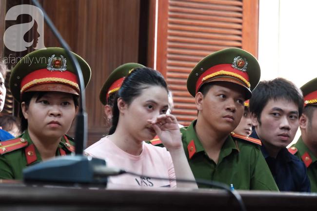 Ảnh: Hot girl Ngọc Miu và Văn Kính Dương cười tươi khi tòa trả hồ sơ, người nhà bật khóc cố níu xe chở phạm nhân - Ảnh 10.