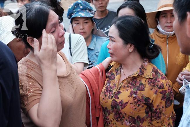 Ảnh: Hot girl Ngọc Miu và Văn Kính Dương cười tươi khi tòa trả hồ sơ, người nhà bật khóc cố níu xe chở phạm nhân - Ảnh 14.