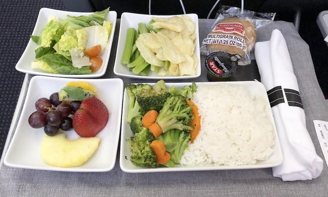 Từ trường hợp em bé bị bỏng vì ăn mì trên máy bay, lưu ý các món tuyệt đối không ăn khi cho trẻ đi du lịch - Ảnh 10.