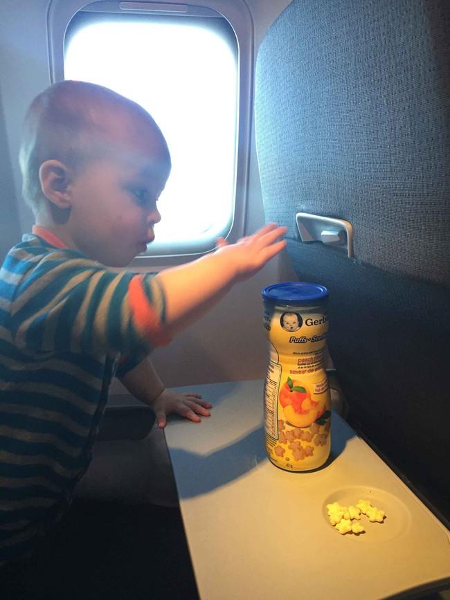 Từ trường hợp em bé bị bỏng vì ăn mì trên máy bay, lưu ý các món tuyệt đối không ăn khi cho trẻ đi du lịch - Ảnh 13.