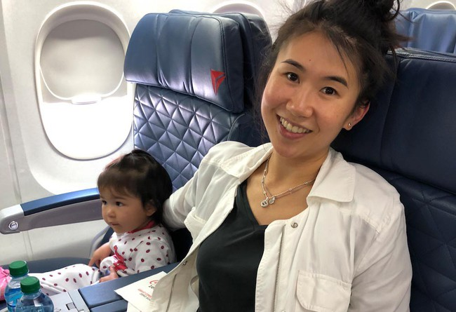 Từ trường hợp em bé bị bỏng vì ăn mì trên máy bay, lưu ý các món tuyệt đối không ăn khi cho trẻ đi du lịch - Ảnh 1.