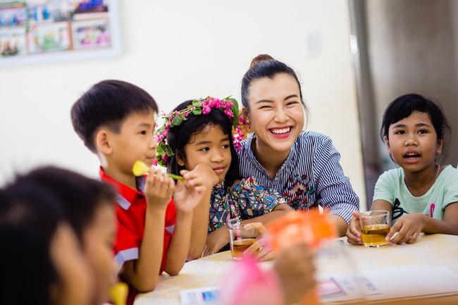 Á hậu Hoàng Oanh bất ngờ tiết lộ có 10 người con nuôi  - Ảnh 3.