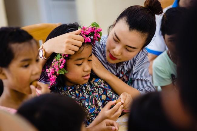 Á hậu Hoàng Oanh bất ngờ tiết lộ có 10 người con nuôi  - Ảnh 2.